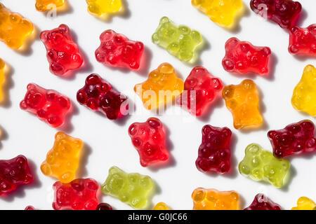Détail de groupe d'ours gommeux colorés avec fond isolé