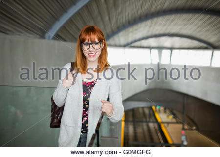 Portrait of smiling woman at train station Banque D'Images