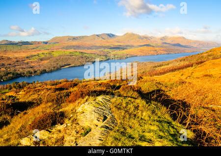 Vue d'hiver donnant sur Armoy Coniston Water dans le Lake District vers la lande de Coniston. Banque D'Images