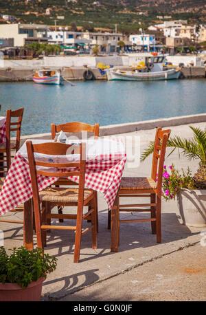 Image d'un restaurant en bord de mer de Crète. Banque D'Images