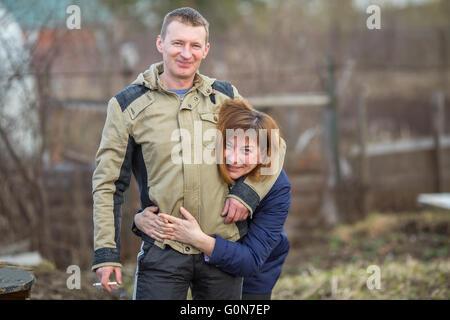 Deux jeunes mariés funny posant pour la caméra.