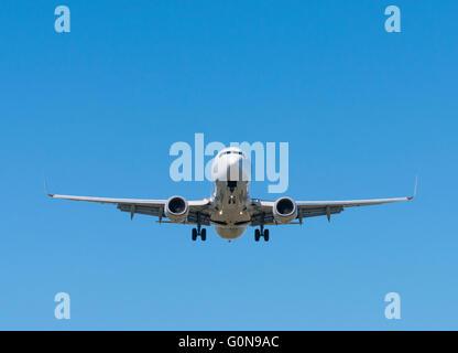 L'atterrissage de l'avion de passagers Jet