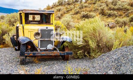 Abandonné et endommagé vintage voiture jaune dans un champ dans la région du désert semi du centre de la Colombie Banque D'Images