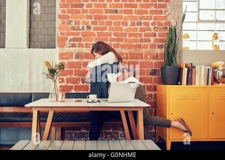 Portrait de l'homme et de la femme enlacés dans un café, couple rencontre dans un café. Banque D'Images