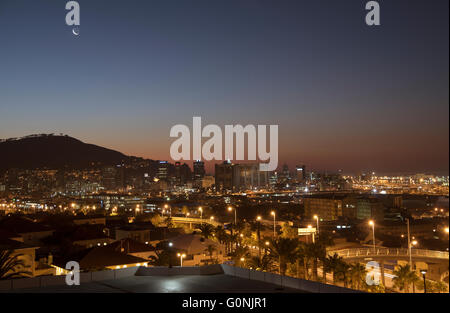Une nouvelle lune sur Signal Hill à Cape Town et l'éclat de la soirée. feux Villes Mère Cape Town Afrique du Sud Banque D'Images