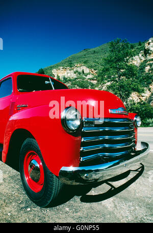 Lumineux ROUGE CERISE 1950 CHEVROLET PICK UP TRUCK ; Oak Creek Canyon, Arizona SEDONA ; USA ; Banque D'Images