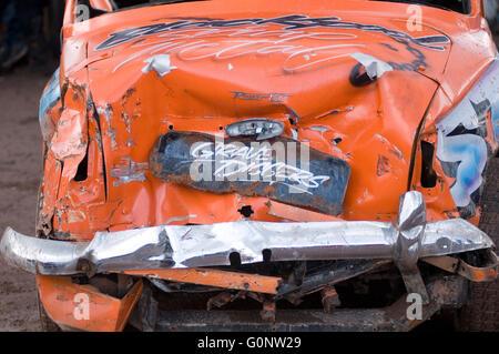 Bent vieille voiture crashed crashed dent cabossé de battre du tambour de panneau rayé accident voiture voitures Banque D'Images