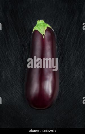 D'aubergine sur une table d'ardoise noire Banque D'Images