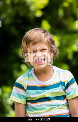 Un petit garçon fait un drôle de visage Banque D'Images