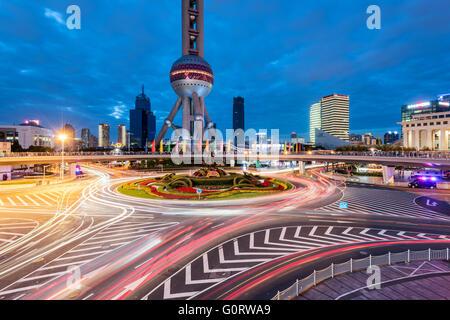Shanghai, Chine -Oct 6, 2015: augmentation des allées et ronds-points de Lujiazui dans le district de grande hauteur Banque D'Images