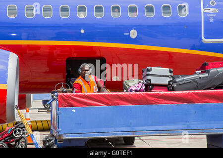 Fort Lauderdale, Floride - Southwest Airlines un bagagiste charge un avion à l'Aéroport International de Fort Lauderdale Banque D'Images
