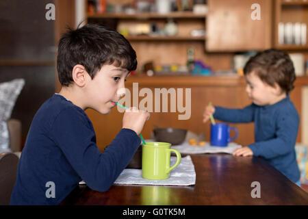 Deux garçons de prendre le petit déjeuner ensemble Banque D'Images