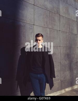 Homme marchant le long street Banque D'Images
