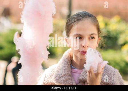 Vue frontale d'un girl eating Cotton Candy Banque D'Images