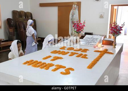 Moniales de prier sur la tombe de Mère Teresa à la Maison Mère des Missionnaires de la Charité (sœurs de Mère Teresa Banque D'Images