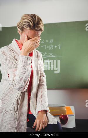 Pleurer enseignant in front of blackboard Banque D'Images