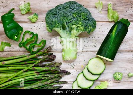 Tourné à angle élevé de certaines matières premières différentes légumes verts, comme le poivron vert, les asperges, Banque D'Images