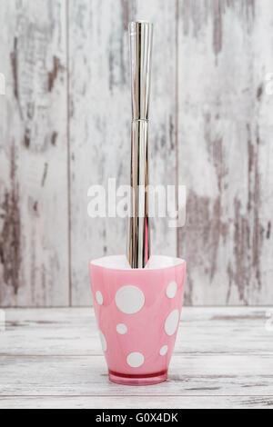 Accessoire salle de bains rose mignon sur fond de bois blanc ...