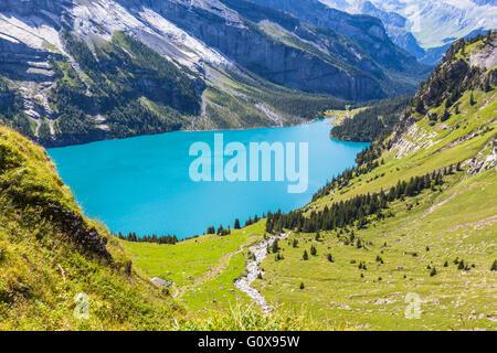 Vue de l'Oeschinensee (lac Oeschinen) près de Kandersteg sur l'Oberland bernois en Suisse. Banque D'Images