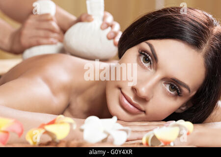 Young woman getting massage in spa salon de coiffure. Banque D'Images