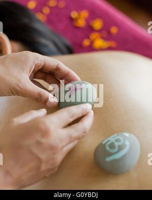 Woman Receiving Massage tibétain à l'Ananda Spa, Ananda dans l'Himalaya, Narendra Nagar, Tehri Garhwal, Inde. Banque D'Images