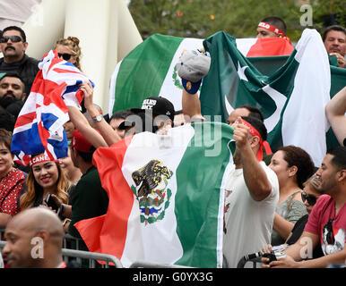 Las Vegas NV, USA. 4 mai, 2016. Fans de boxe cheer au cours de la pesée d'aujourd'hui d'Amir Khan et le Canelo Alvarez Banque D'Images