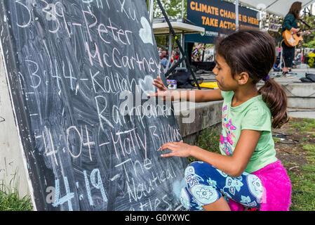Jeune fille coeur dessin sur tableau. Banque D'Images