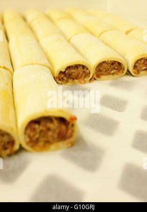 Rouleaux de saucisses produites commercialement Banque D'Images