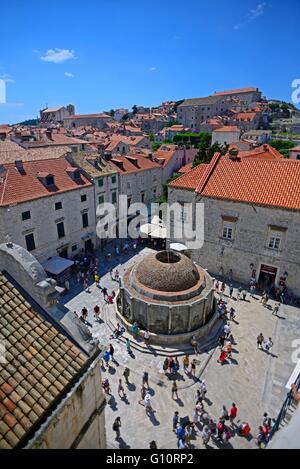 Vue de la grande fontaine d'Onofrio et la rue principale stradun placa de remparts, vieille ville de Dubrovnik, Croatie