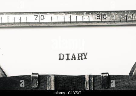 Journal mot tapé sur une vieille machine à écrire