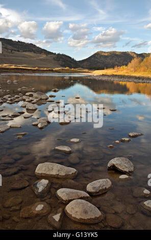 WY01649-00...WYOMING - Les nuages reflétant à Slough Creek dans le Parc National de Yellowstone.