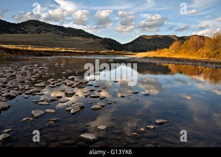 WY01650-00...WYOMING - Les nuages reflétant à Slough Creek dans le Parc National de Yellowstone.