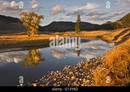 WY01655-00...WYOMING - Les nuages reflétant à Slough Creek dans le Parc National de Yellowstone.