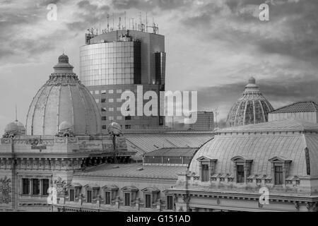 Contraste de l'architecture de Bucarest. Bâtiments anciens et nouveaux en noir et blanc. Banque D'Images