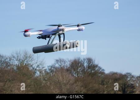 Blade 50qx hobby drone volant dans un parc, près d'arbres avec copie espace et aucun peuple Banque D'Images