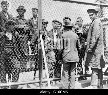 Droit; 'Détention pen sur la toiture du bâtiment principal, où les émigrants a tenu pour l'expulsion peut passer Banque D'Images