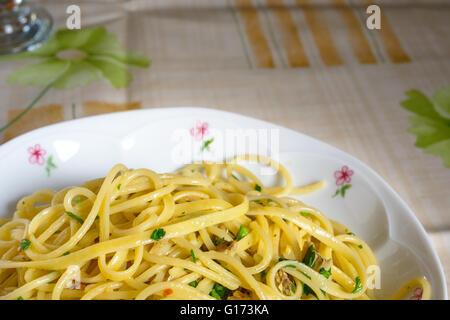 Plat de spaghetti con le vongole (pâtes et fruits de mer italiens typiques) Banque D'Images