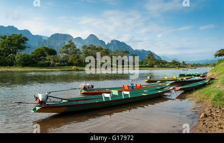 Long Tail boats on river Song, Vang Vieng, Laos. Banque D'Images