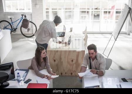 Avoir des collègues de bureau loft discussion Banque D'Images