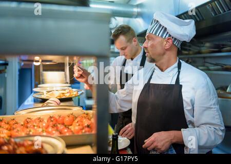 Vérification du statut de la commande en chef de cuisine du restaurant italien traditionnel