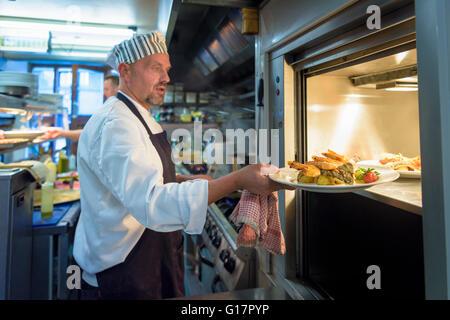 Placer dans un plat de chef d''ascenseur cuisine restaurant traditionnel italien