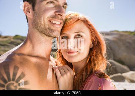 Portrait de couple outdoors, smiling Banque D'Images