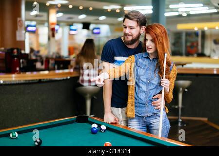 Beau couple de passer du temps ensemble en jouant au billard Banque D'Images