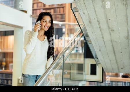 Belle brunette businesswoman talking on phone Banque D'Images