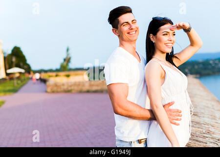 Beau couple amoureux regardant le coucher du soleil Banque D'Images