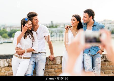 Jeune et belle des couples à prendre des photos avec le smartphone Banque D'Images