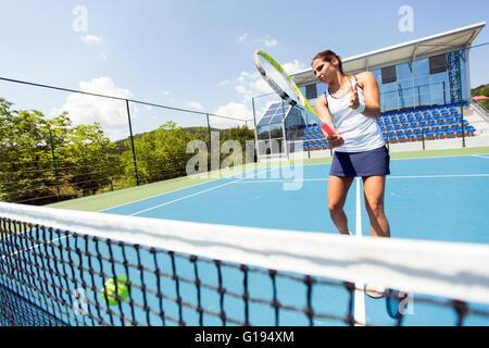 Tennis player hitting the net et oublie le sens Banque D'Images