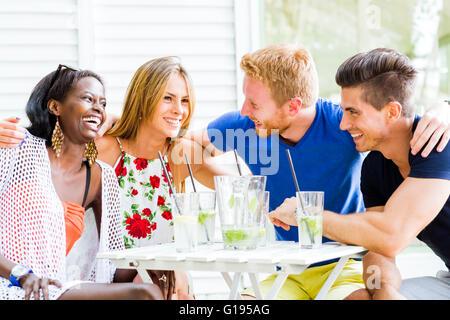 Les amis de rire et s'étreindre chaque origine à l'extérieur et être heureux Banque D'Images