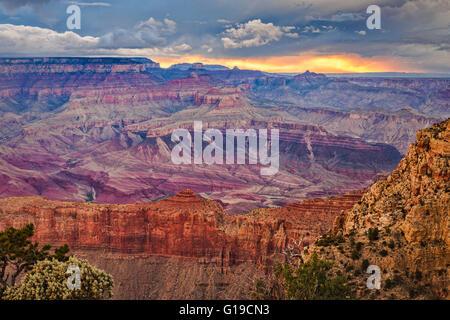 Coucher de soleil spectaculaire après une tempête de la rive sud du Grand Canyon à Moran Point, Grand Canyon National Banque D'Images