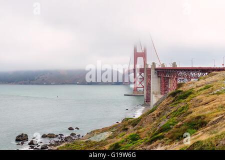 Célèbre Golden Gate Bridge à San Francisco dans le brouillard en partie couverte Banque D'Images